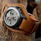 Часы с широким ремешком: особенности и дизайнерские хитрости